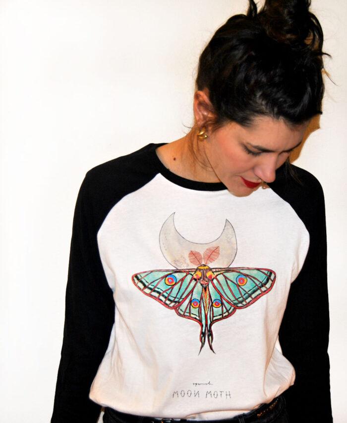 camiseta unisex beisbol blanca y negra mariposa polilla