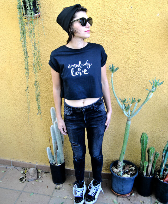 camiseta mujer manga corta enrollada algodon organico diseno diferente y alternativo somebody to love
