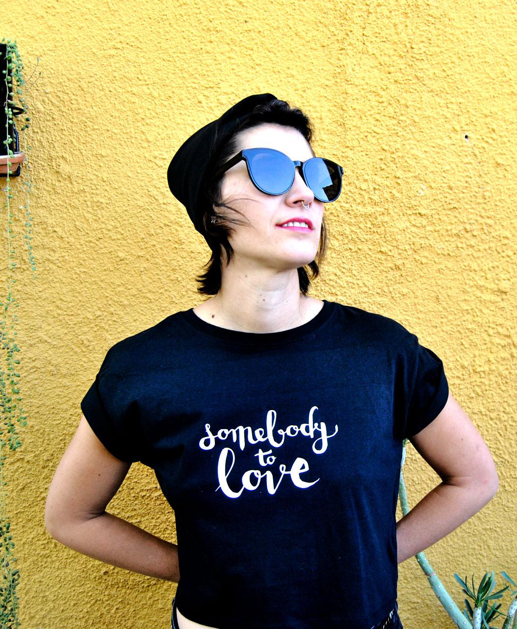 camiseta crop original ilustracion chica pelo rosa y texto