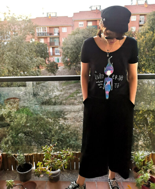 camiseta mujer algodon organico dibujo mujer galaxia y texto