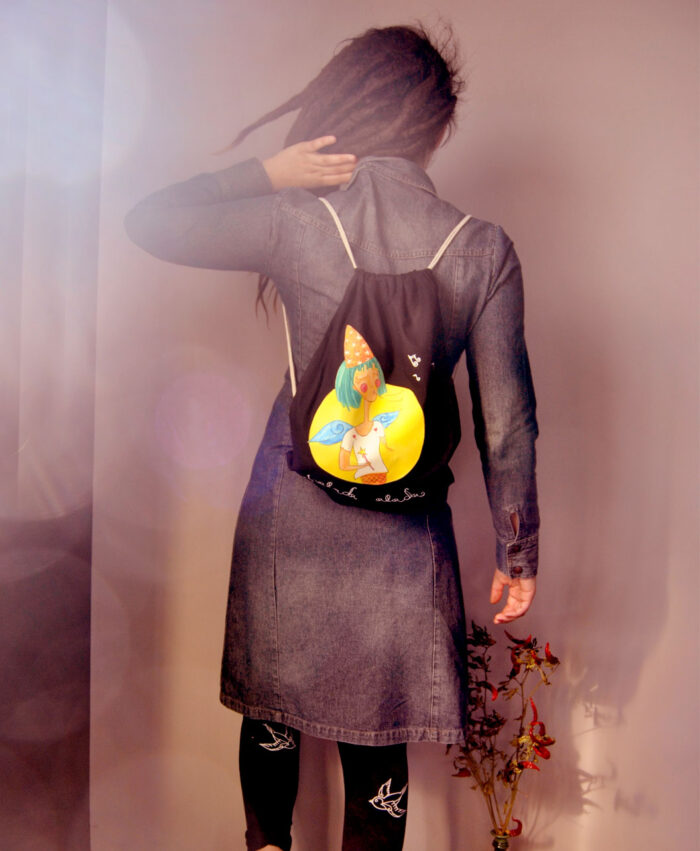 mochila con dibujo colorido y original chalada alada