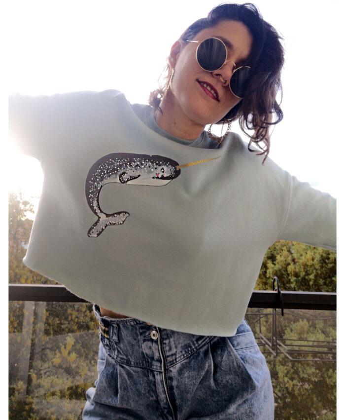 sudadera mujer corta crop con dibujo ballena unicornio narval