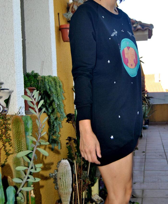 sudadera larga mujer oversize original diferente estilo moderno astronauta necesito mi espacio