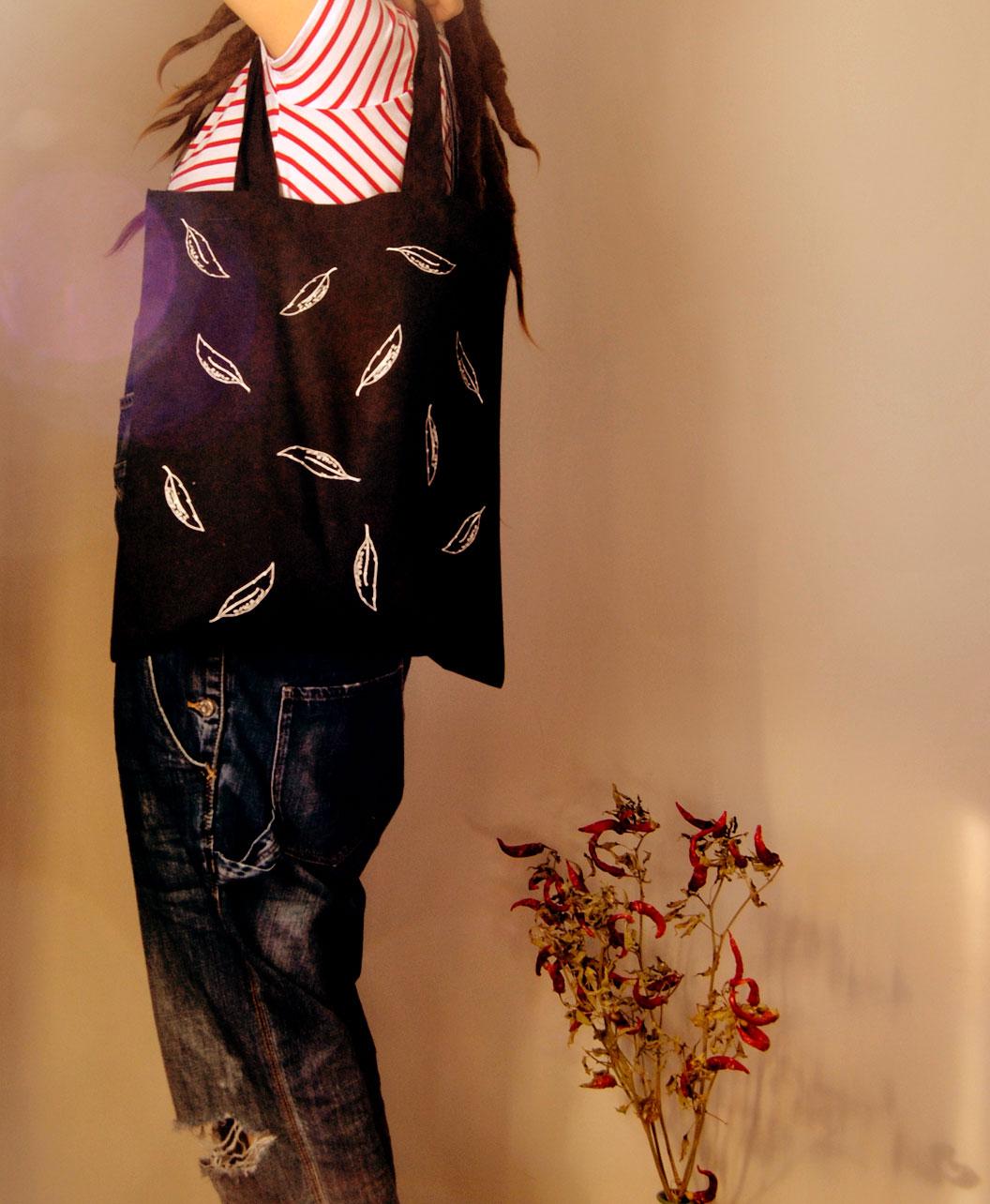 tote bag negro patron plumas estilo original y alternativo