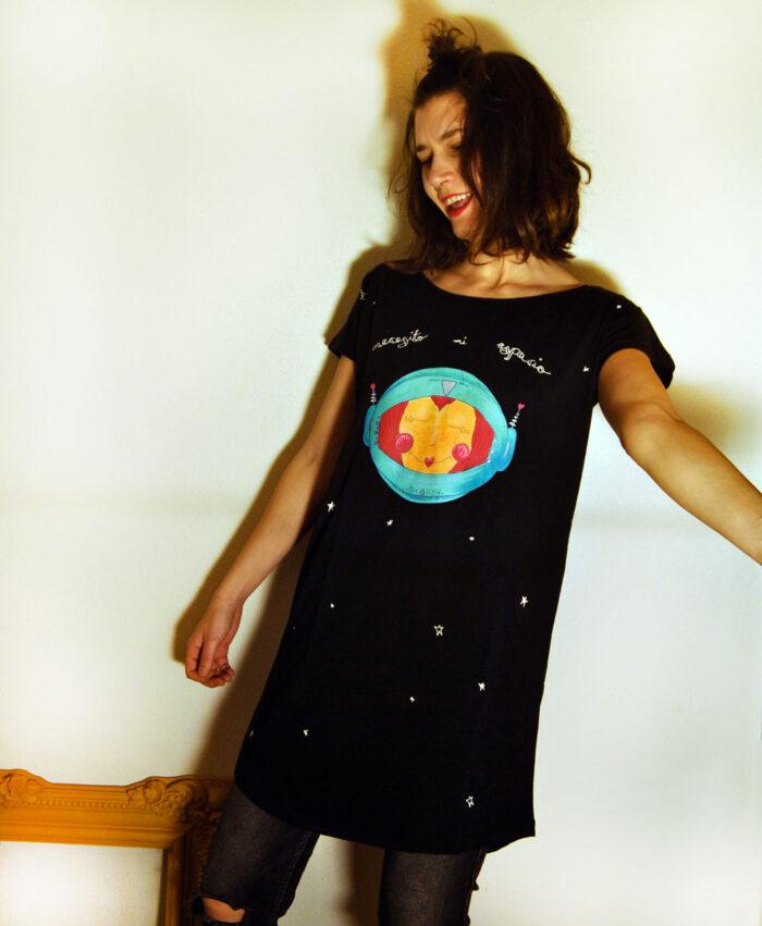 vestido original alternativo con mensaje y dibujo cosmonauta necesito mi espacio