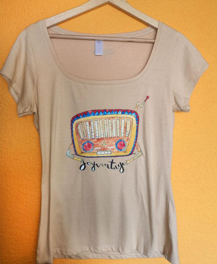 camiseta mujer cuello barco color arena ilustracion radio soy vintage
