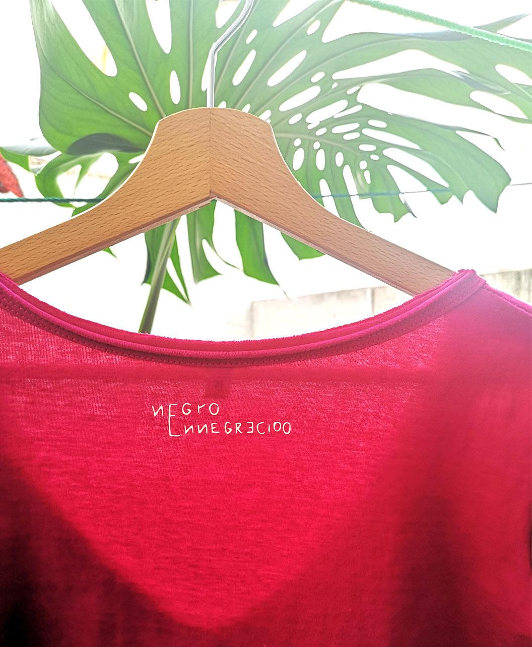 camiseta mujer manga corta cuello pico rosa fucsia original diferente ilustracion corazon anatomico