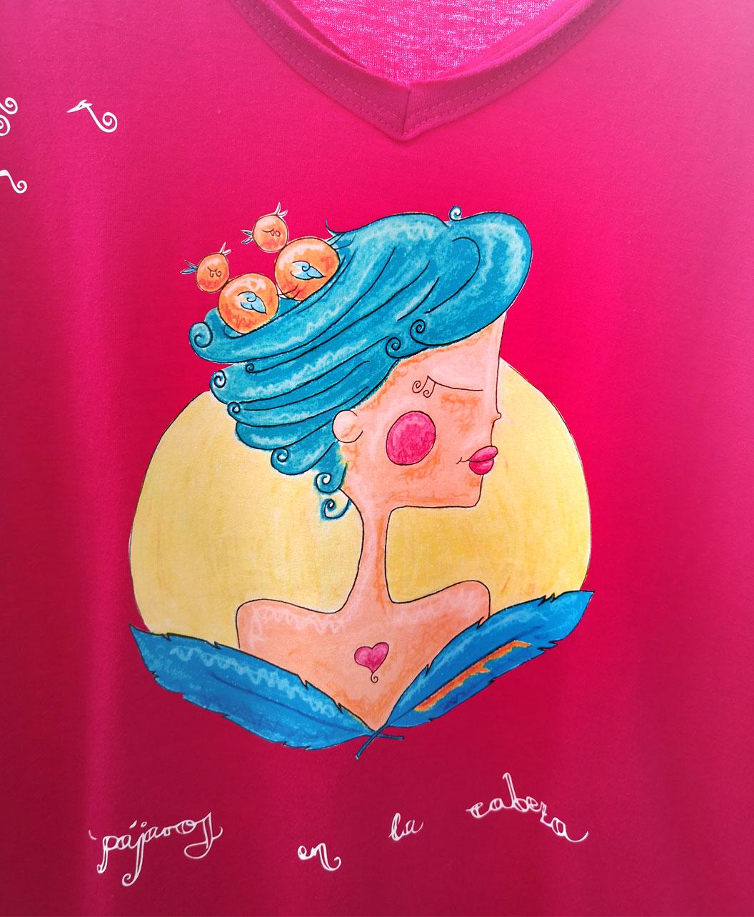 camiseta mujer cuello pico rosa fucsia original diferente con ilustracion y frase pajaros en la cabeza