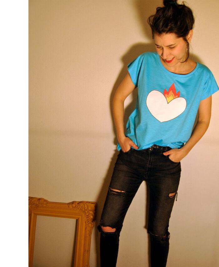 camiseta azul mujer amplia diferente ilustracion y frase corazon latir
