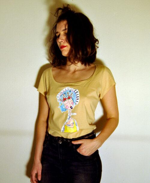 camiseta cuello barco color arena mujer con ilustracion y frase musica extremoduro voz colores