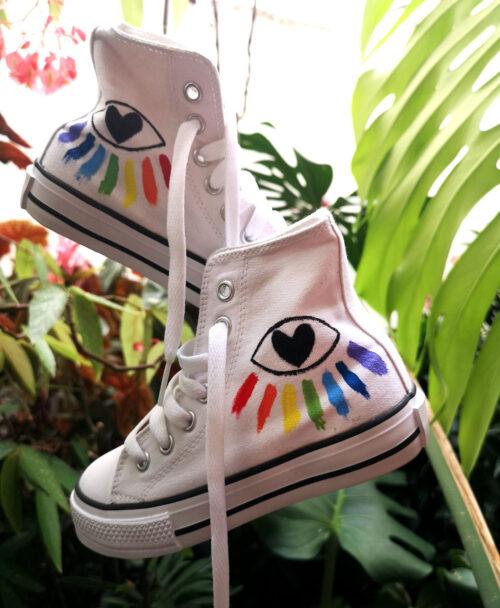 zapatillas ninios tipo converse cana alta blancas pintadas a mano ojo arcoiris