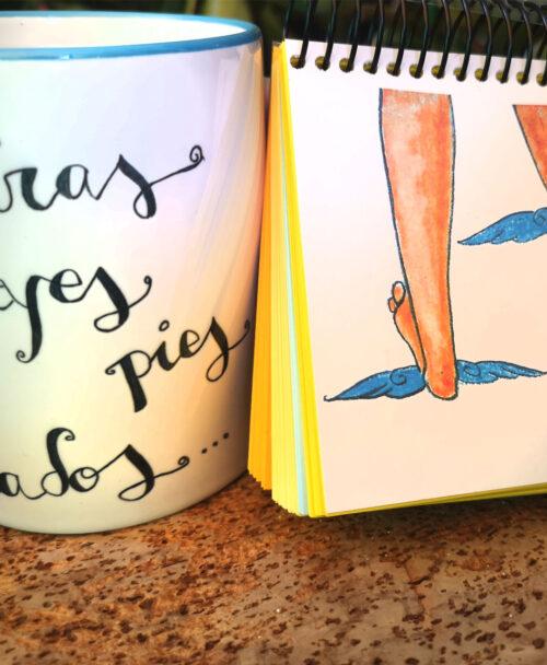 conjunto taza y libreta original diferente con ilustraciones y frases pies alados