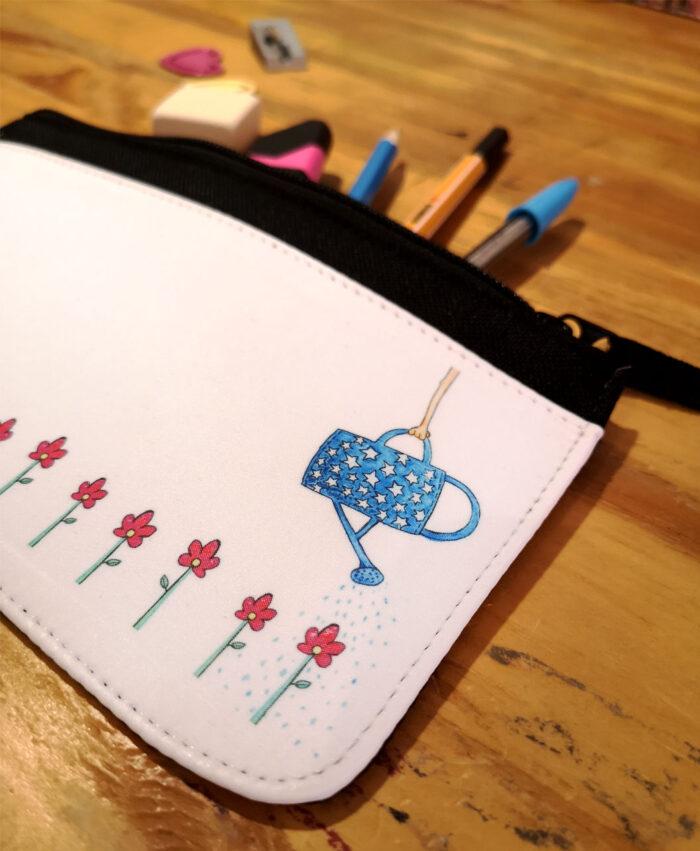 estuches originales divertidos diferentes con ilustraciones originales de tela y cremallera regadera flores