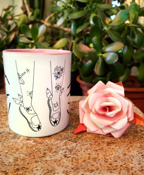 taza original diseno piernas con tatus y zapatillas bailarina con alas