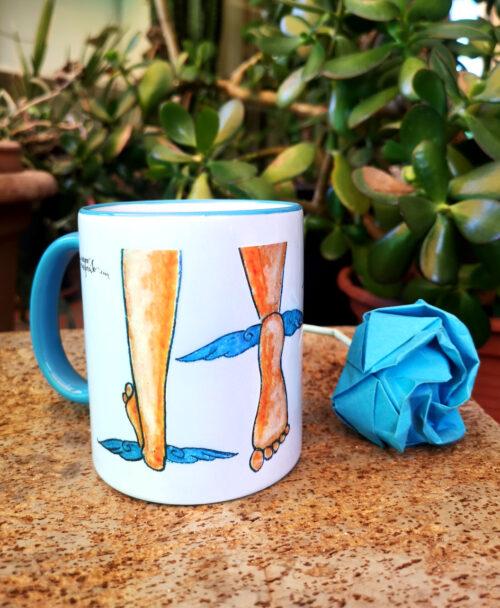 taza original con dibujo y frase divertido mientras huyes con pies alados