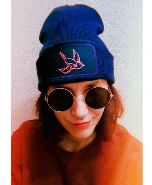 gorro invierno unisex original azul con dibujo estilo tattoo golondrina rosa neon
