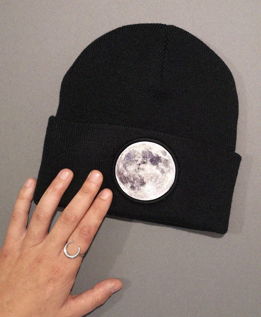 gorro negro calentito original estilo alternativo ilustracion luna llena