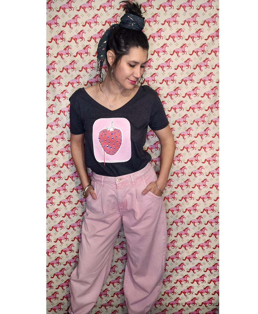 camiseta cuello redondo y pico mujer original gris oscuro con ilustraciones diferentes moda alternativa rosa fresa con ojos
