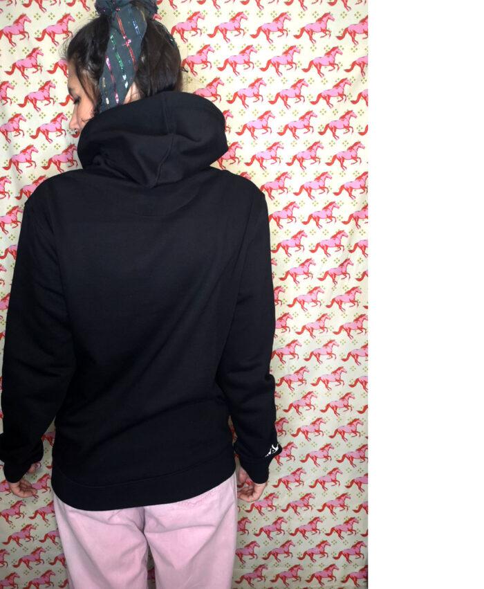 sudadera capucha negra algodon organico unisex mujer exclusiva diferente original ilustracion y texto magico el universo entero esta en ti