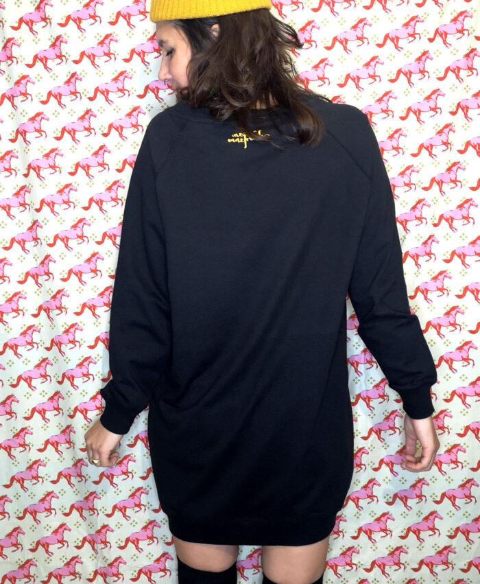 sudadera larga vestido negra mujer moda alternativa con ilustracion y texto black cat good luck gato negro buena suerte