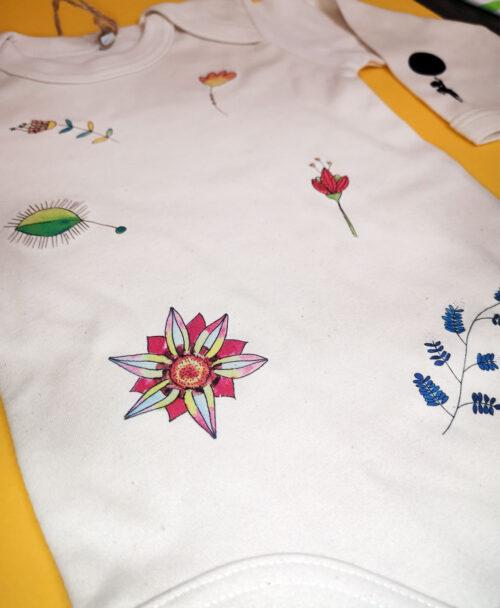 body bebe manga larga color crema algodon organico diseno floral plantas botanica ilustraciones flores