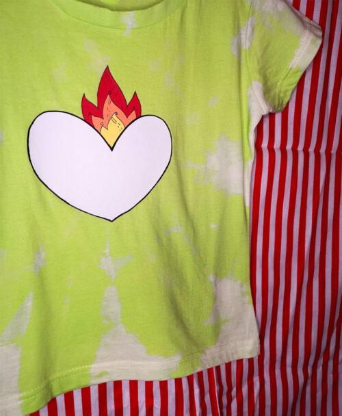 camiseta manga corta verde manzana infantil tie dye colorida original estilo alternativo ilustracion corazon en llamas