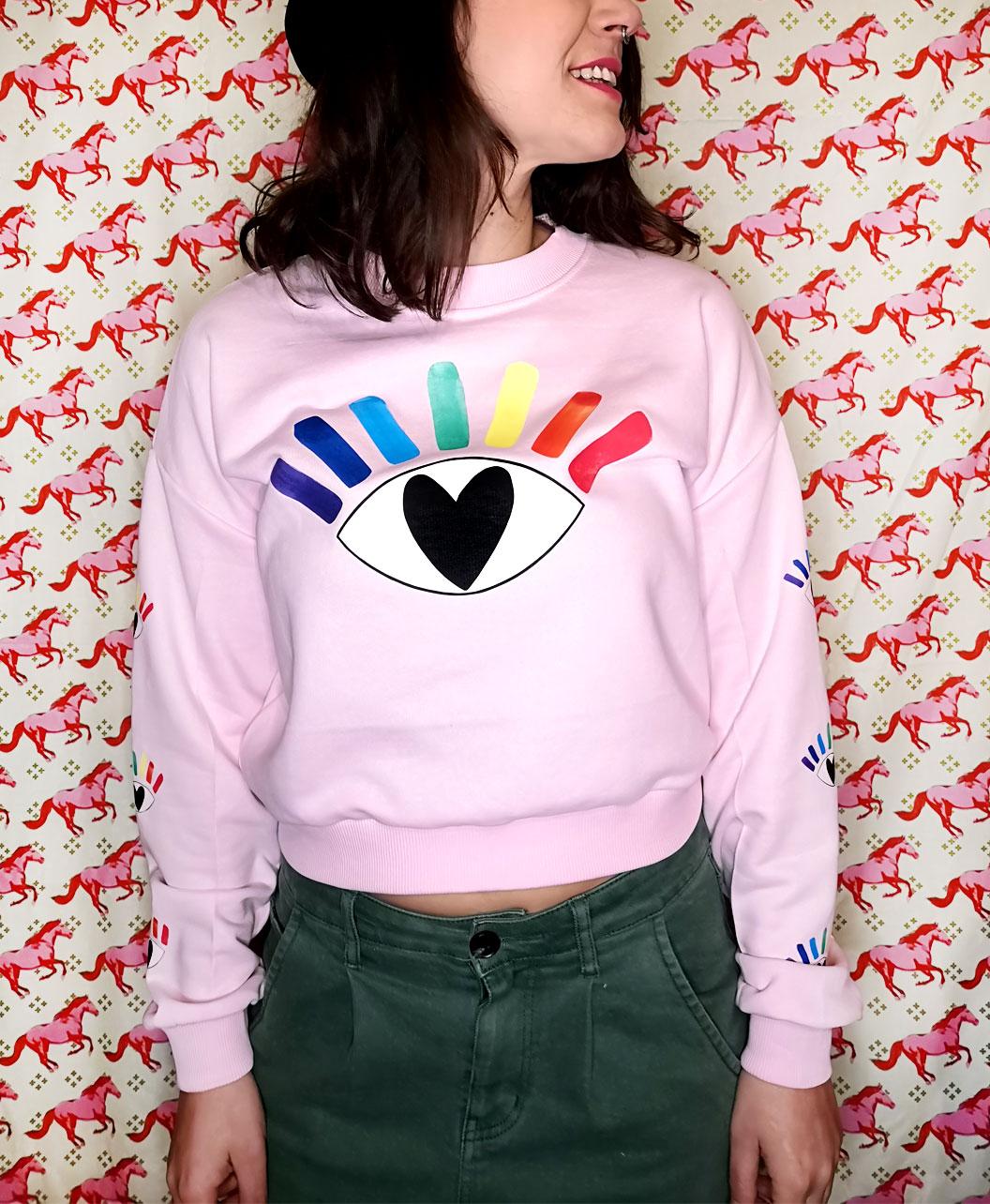 sudadera corta mujer light pink rosita original divertida ilustracion alternativa corazon ojo arcoiris