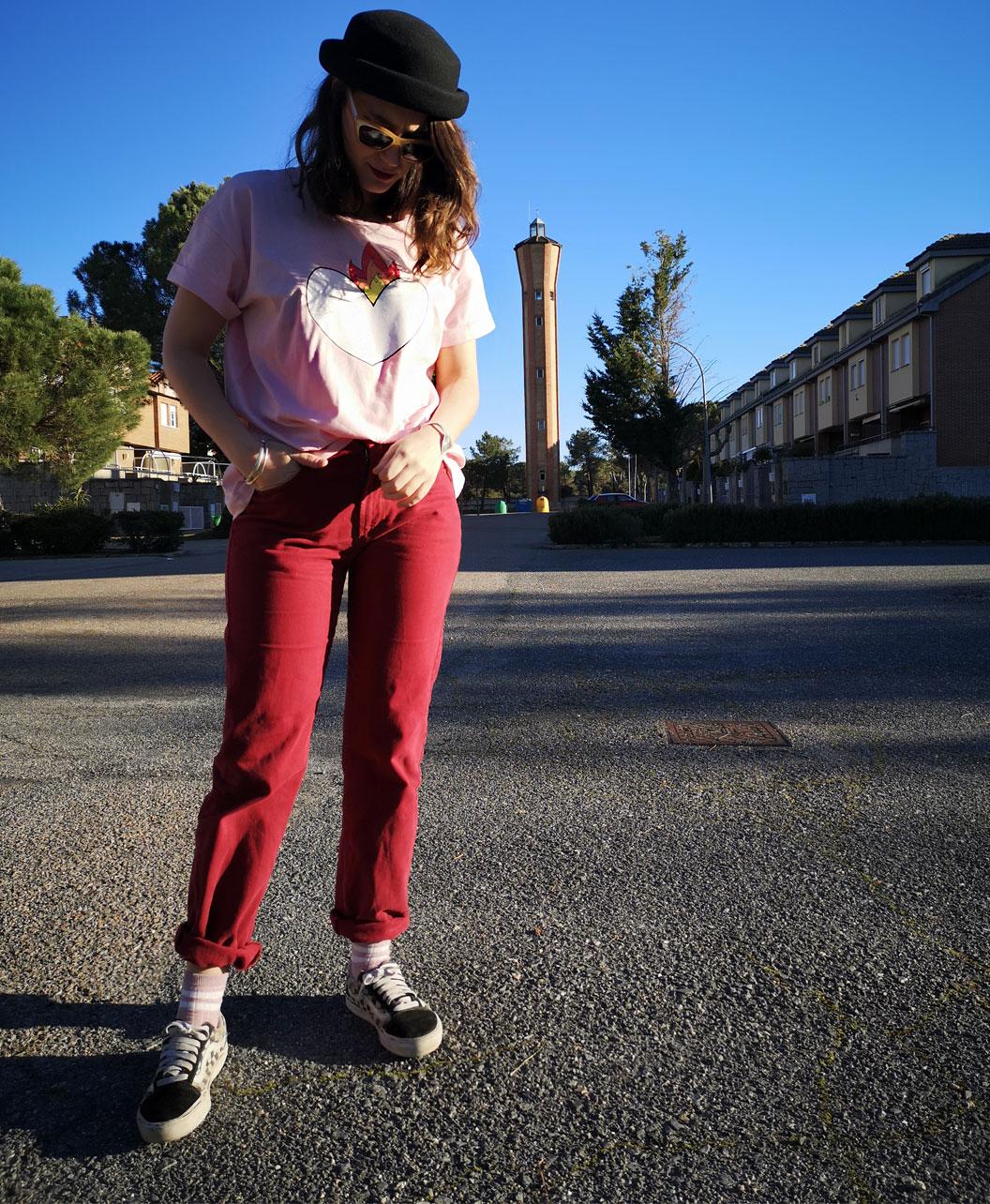 camiseta mujer manga corta rosa algodon organico diseno original diferente corazon llamas y frase por detras corazon latir