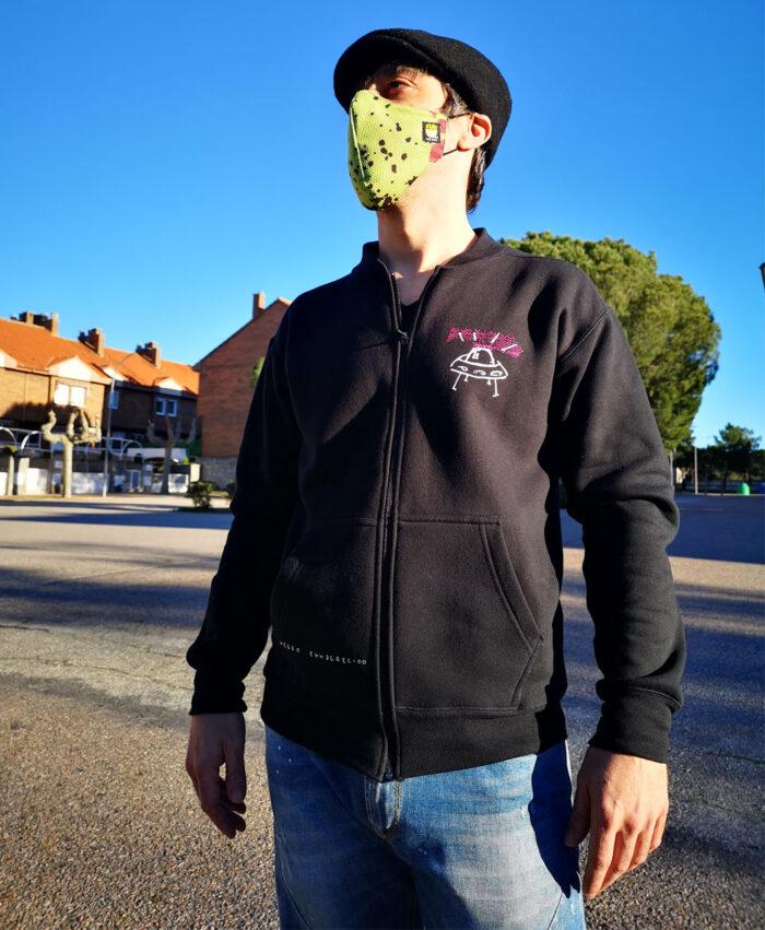 sudadera chaqueta unisex negra cremallera bolsillos ilustracion original extraterrestres ovni space invaders neon