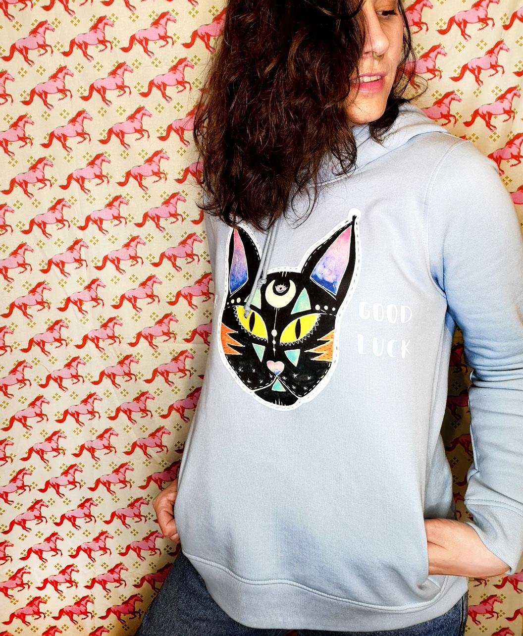 sudadera algodon organico mujer capucha bolsillos azul ilustracion original y frases gato negro black cat good luck