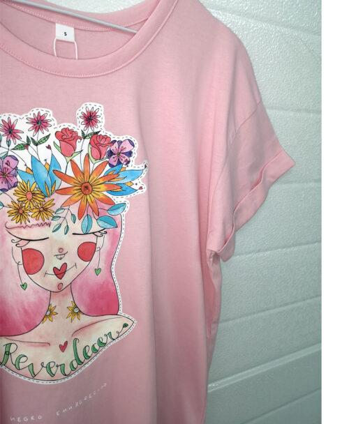 camiseta mujer algodon organico manga corta rosita pink mangas enrolladas ilustracion mujer pelo flores reverdecer
