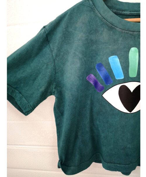 camiseta crop algodon organico verde efecto desgastado wash vintage ilustracion ojo arcoiris corazon