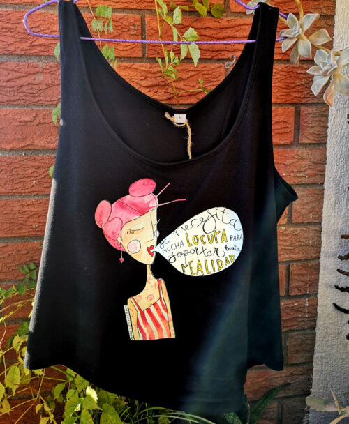 camiseta tirantes crop mujer algodon organico ilustracion chica pelo rosa rayas rojas locura realidad