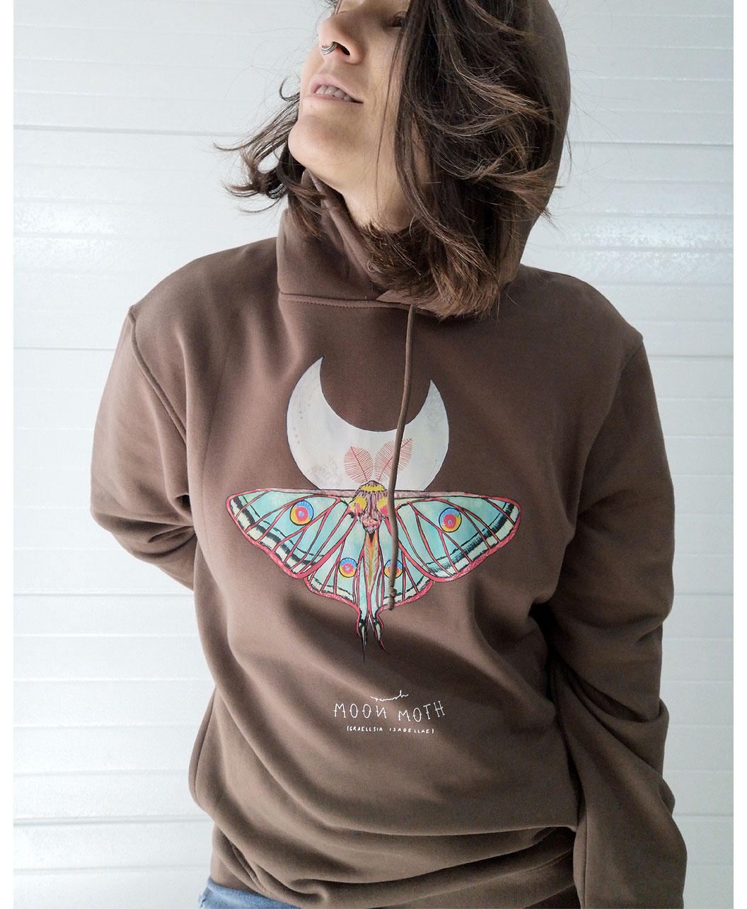 sudadera capucha bolsillos algodon organico unisex color moka estilo alternativo mariposa polilla luna espanola